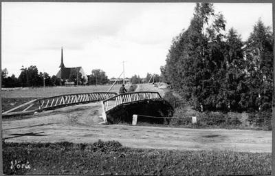 Vörå kyrka med kyrkåbron i förgrunden.