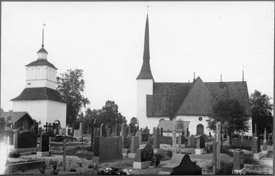 Vörå kyrka med kyrkogården i förgrunden.