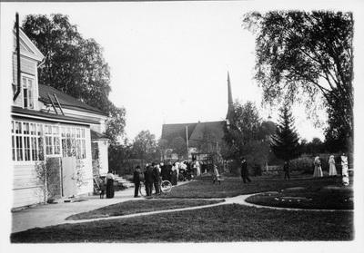 Vörå prostgård med kyrkan i bakgrunden.