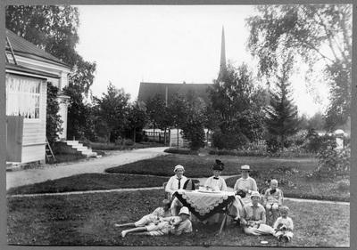 Familjen Bäck utanför prostgården i Vörå.
