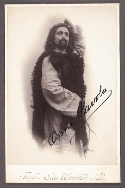 Onni Savola (1876-1957), finländsk skådespelare och teaterchef.