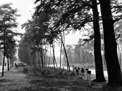 Schuttersweg. gezien vanaf de oversteek bij de NCRV in de richting van de Vaartweg