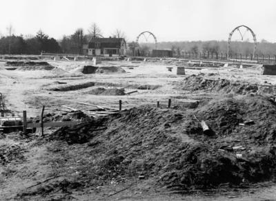 Soestdijkerstraatweg. sporthal, overzicht van de bouwput. De hal heeft gestaan op de expo te Brussel. Op de achtergond spoorbogen
