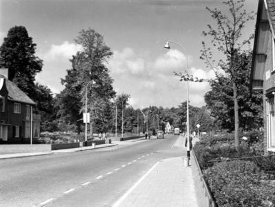 Soestdijkerstraatweg. gezien vanaf de spoorwegovergang in de richting van de Emmastraat