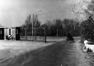 Soestdijkerstraatweg. hoofdtoegangshekken tot het sportpark en loketten (gesloopt in 1961). Er komt een paard met sulky aan