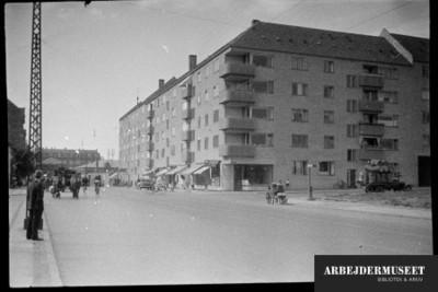 København, Christianshavn(?), bygning med balkoner og butik i stuen