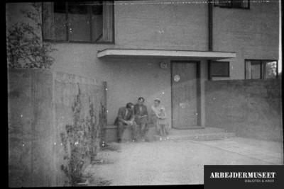 Villaer og rækkehuse, tre personer sidder ved hoveddøren
