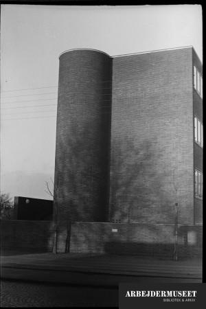 Vilhelm Lauritzens byggeri, Gladsaxe Rådhus. På siden har bygningen en runding