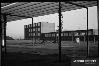 Vilhelm Lauritzens byggeri, Gladsaxe Skole, 1936/1937, set fra under et halvtag