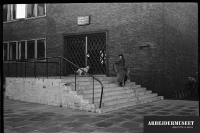 Vilhelm Lauritzens byggeri, Gladsaxe Rådhus. Kvinde og hund går ned af trappen fra hovedindgangen