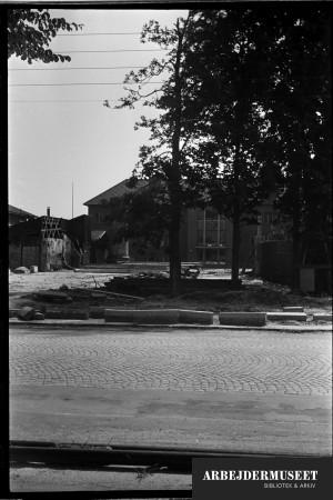 Nedrivning af et gammelt hus i Glostrup, muligvis til Vilh. Lauritzens Rådhus. Teknisk skole