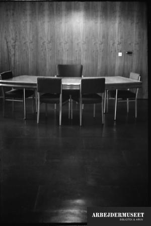 Vilhelm Lauritzens byggeri, Gladsaxe Rådhus. Bord og stole
