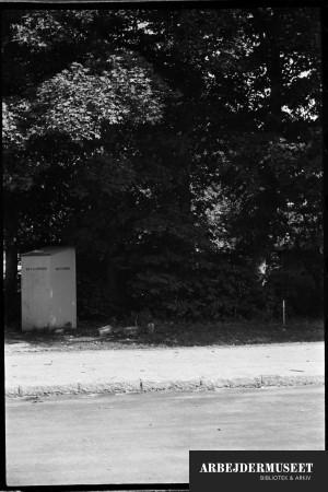 Nedrivning af et gammelt hus i Glostrup, muligvis til Vilh. Lauritzens Rådhus, entrepenørfirmaet Bay og Vinding