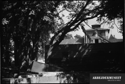 Nedrivning af et gammelt hus i Glostrup, muligvis til Vilh. Lauritzens Rådhus