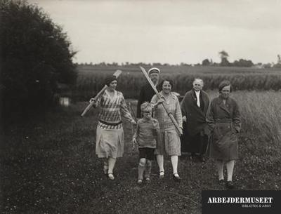 Ud over Stauning og sønnen, har vi her Olga Stauning, Olgas datter Ida Marie Kofod-Hansen, Olgas mor og Staunings adoptivdatter Aase Westergaard. Fra Staunings sommerhus