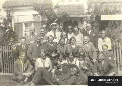 Bestyrelsen (m. damer) for Socialdemokratiet i 2. kreds (Chr.havn) besøger Stauning i hans sommerhus Enghuset
