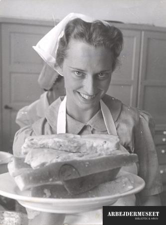 Stort smil og en tallerken godt kogt flæsk, mon den står på gule ærter på Husassistenternes Fagskole