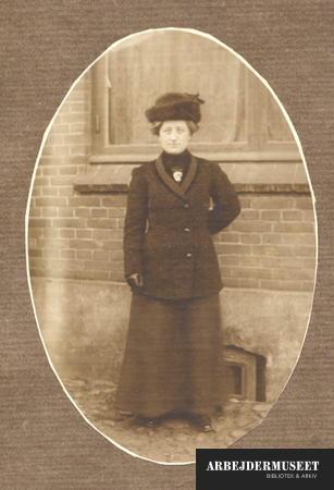 Frederikke Petersen i fin hat, jakke og lang nederdel