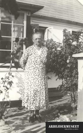 Fru Wehnert foran sommerhus i Gilleleje