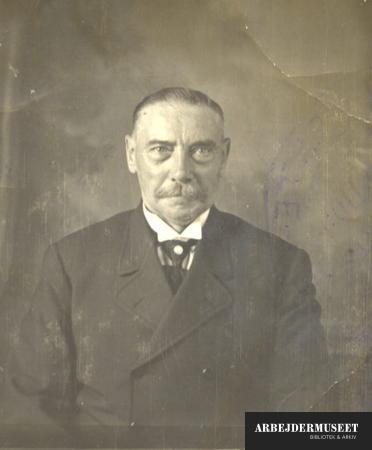 Portræt af herre i jakke og stiv flip omkring 1900