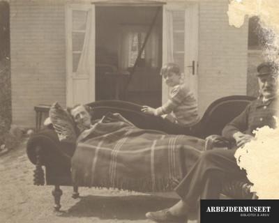 Frederik Galtholt sammen med sine forældre i deres sommerhus uden for Svendborg