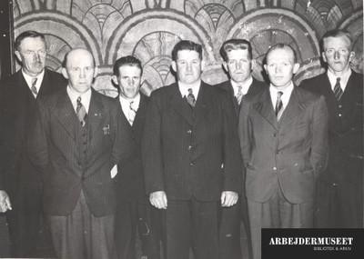 En gruppe århusianske mænd i jakke og slips