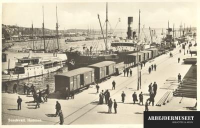 Parti fra havnen i Sundsvall, med skibe jernbanevogne og mennesker