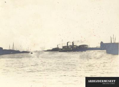 Havneløb med skibe i en større havn, formentlig København