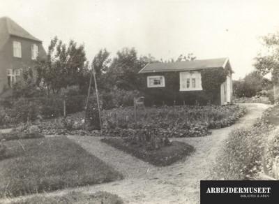 Kolonihavehus på grund i Brønshøj, i et kvarter der er ved at blive et parcelhuskvarter