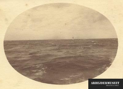 Ude på det åbne hav, med udsigt til lille skib i det fjerne