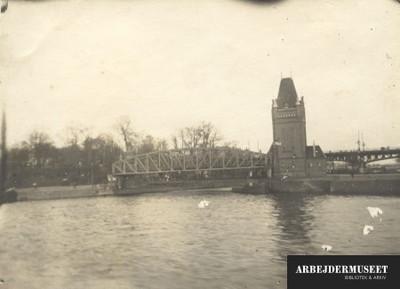 Bro over flod i et havneområde