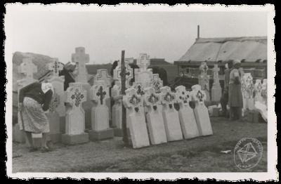 Cruci de mormânt din piatră, ornamentate, de vânzare la târgul săptămânal din Alexandria.