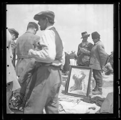 La târg, vânzare de tablouri și țăran în pufoiacă