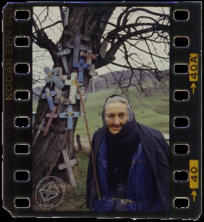 În satele din Oltenia, la moartea cuiva, țăranii obișnuiau să picteze câte o cruce din lemn pe care o băteau pe un copac la drum, pentru a fi iertați de promisiunile pe care nu și le-au ținut față de cel dus.