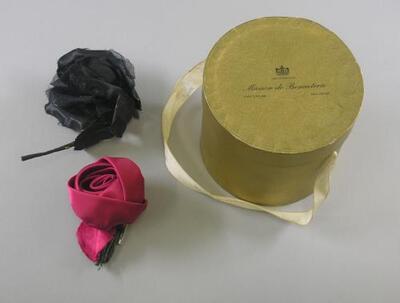 Twee corsages in doosje van Maison de Bonneterie