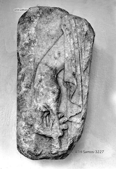 Fragment eines Grabreliefs mit männlicher Figur (Hundestele ?)