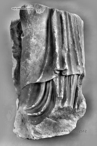 Beinpartie einer weiblichen Gewandstatue