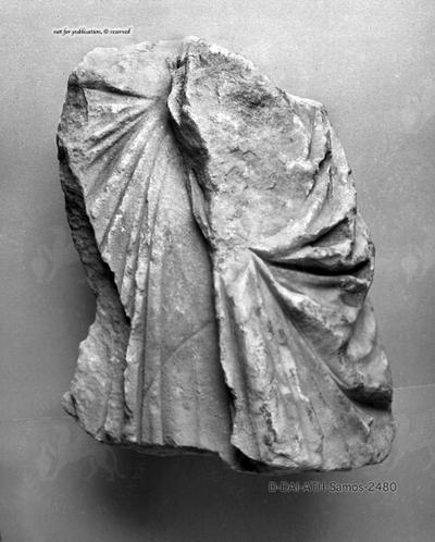 Fragment einer Gewandstatue