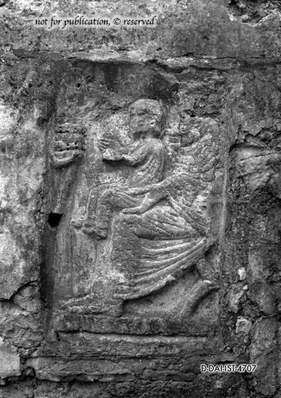 Relief eines sitzenden Mannes mit einem Kind auf dem Schoß
