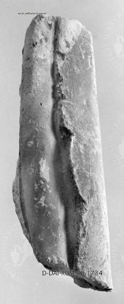 Faltenfragment von einem antiken Gipsabguß einer Statue