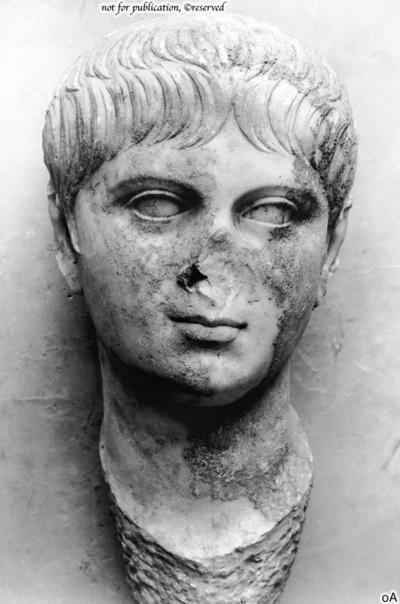 Togastatue mit Portrait des Nero
