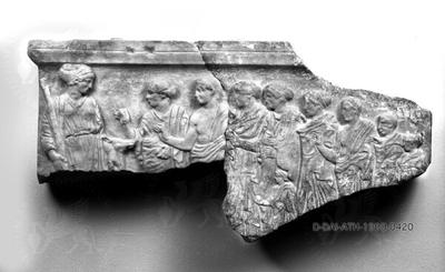 Fragmentiertes Weihrelief an Artemis