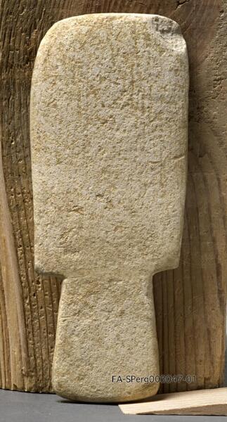 Brettidol aus Kalkstein