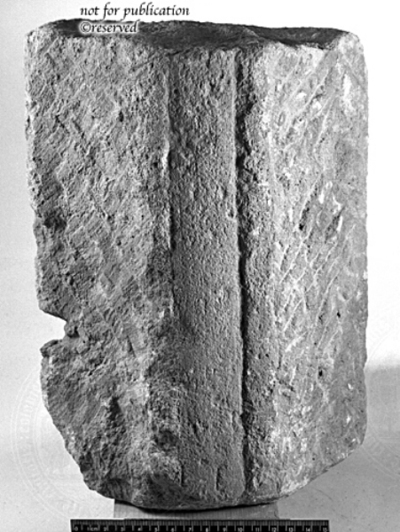 Eckfragment eines kannelierten Pilasters