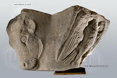 Figurenkapitell mit Stierkopf und Adler