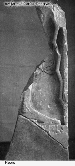 Fragment einer Stele mit auf Stock gestütztem Mann