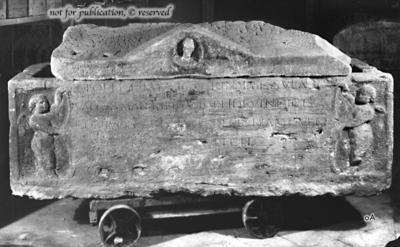 Sarkophag mit Inschrift