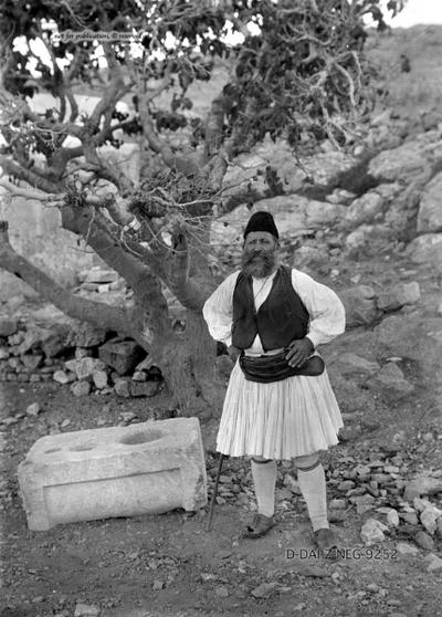 Porträt eines Mannes in Tracht unter einem Feigenbaum