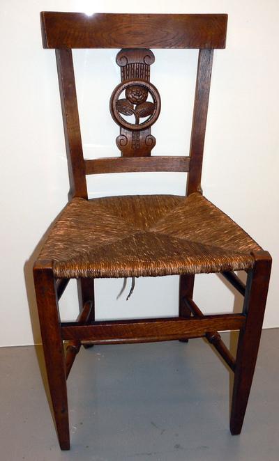 Anoniem, stoel met embleem van de Rederijkerkamer De Roode Roos, s.d., hout en riet.