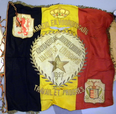 Anoniem, vlag 'Arbeid en Vooruitgang / Travail et Progrès - Kolonialendag Limburg / Journée Coloniale Limbourg - 1927', 1927, katoen en zijde.